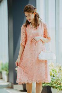 薄いピンクのドレス