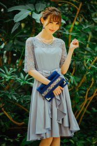 薄いブルーのドレスを着た女性