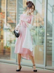 フィッシュテールドレスを着ている女性