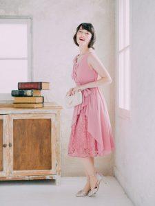 ピンクのドレスを着た女性