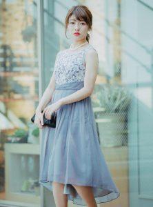 グレーのドレスを着た女性