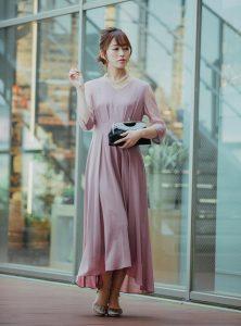 七分丈のピンクのドレスを着た女性