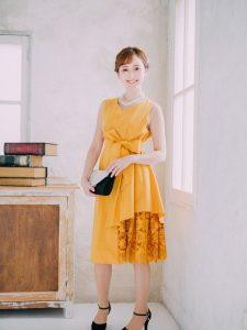 黄色いドレスを着た女性