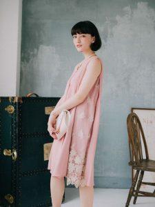 ピンクのワンピースを着た女性