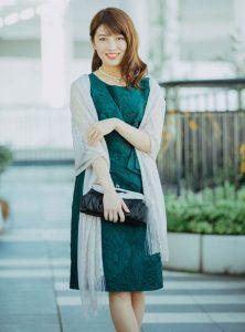 緑色のワンピースを着た女性