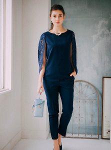 紺のパンツドレスを着た女性