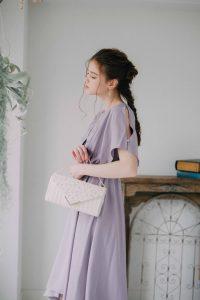 パープルのドレスを着た女性
