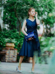 紺のワンピースを着た女性