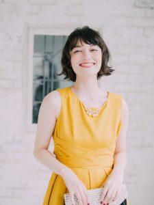 黄色のワンピースを着た女性