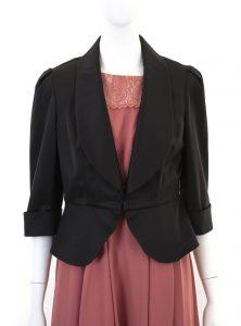 ピンクのワンピースと黒のジャケット