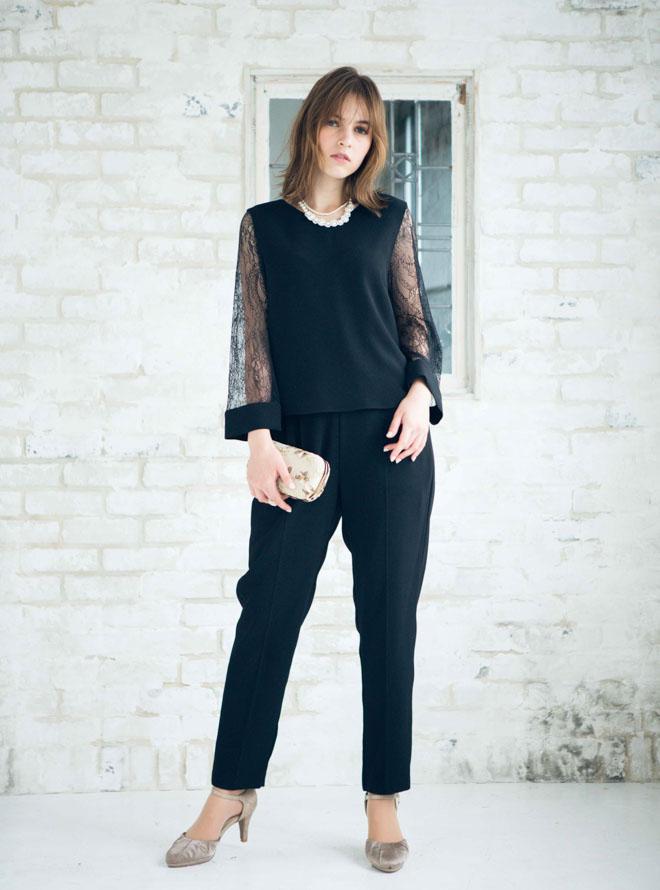 黒いセットアップパンツを着た女性