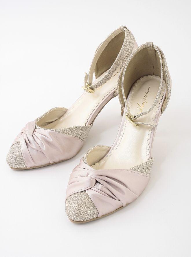 サテンの靴